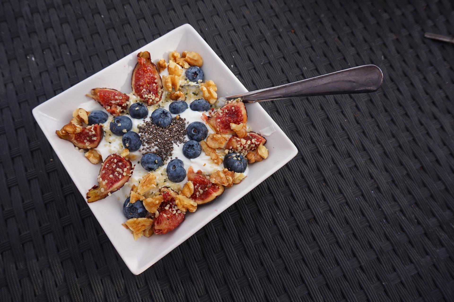 Basisches Feigen-Blaubeeren-Walnuss-Porridge
